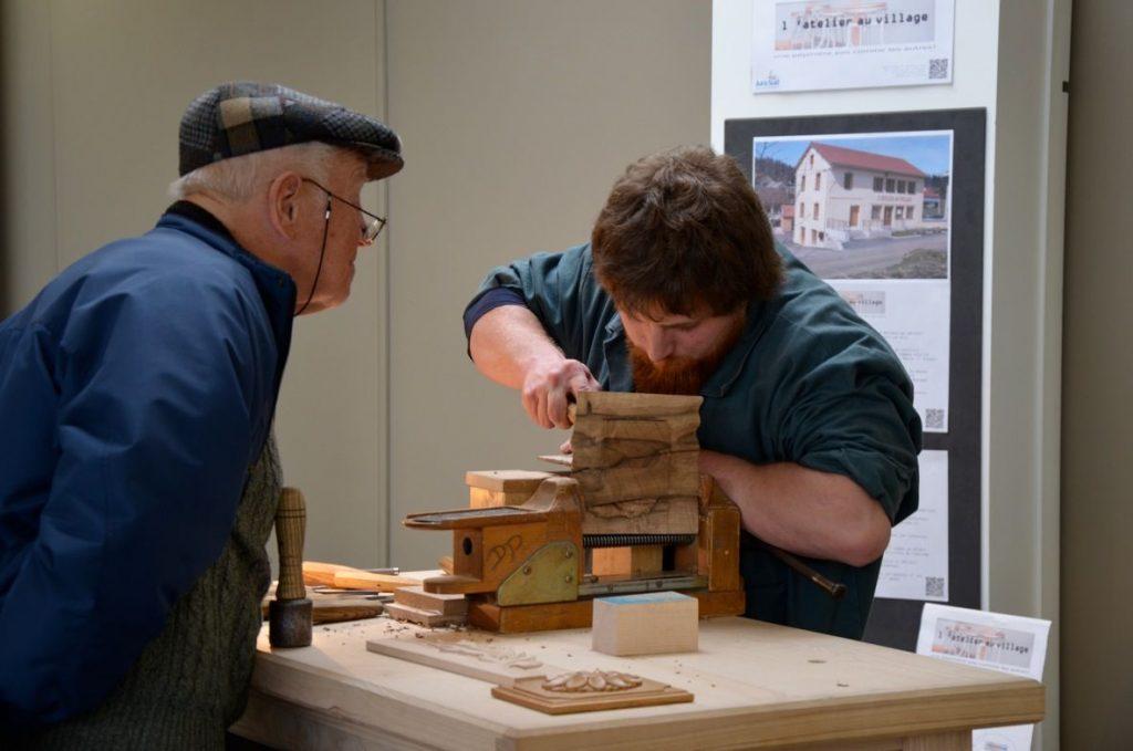 Plusieurs générations autour du travail du bois