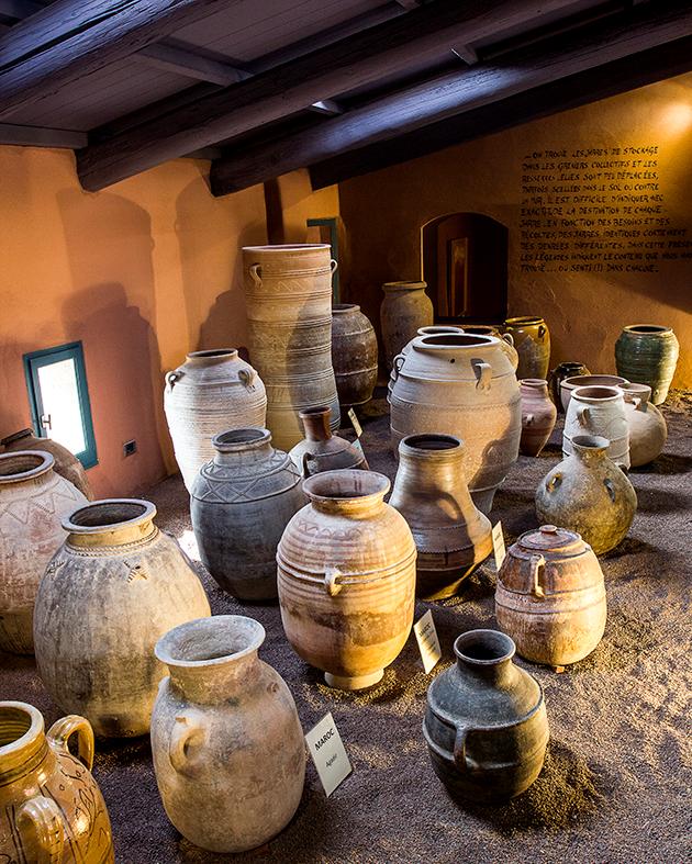 Salle des jarres au Musée de la Poterie