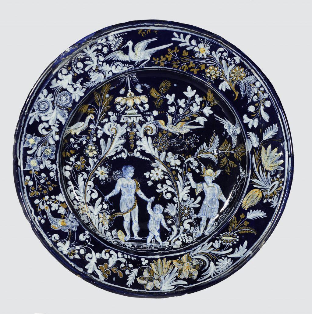 Vénus, l'Amour et Mercure · Plat du 17e siècle au décor mythologique