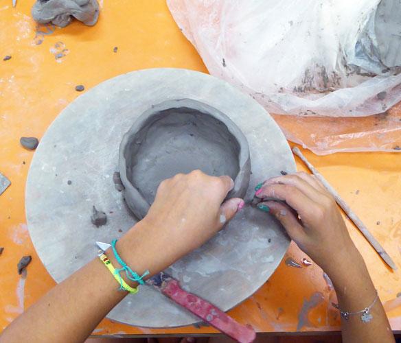 Cours de poterie pour enfants avec Claire Lepage © PEMA