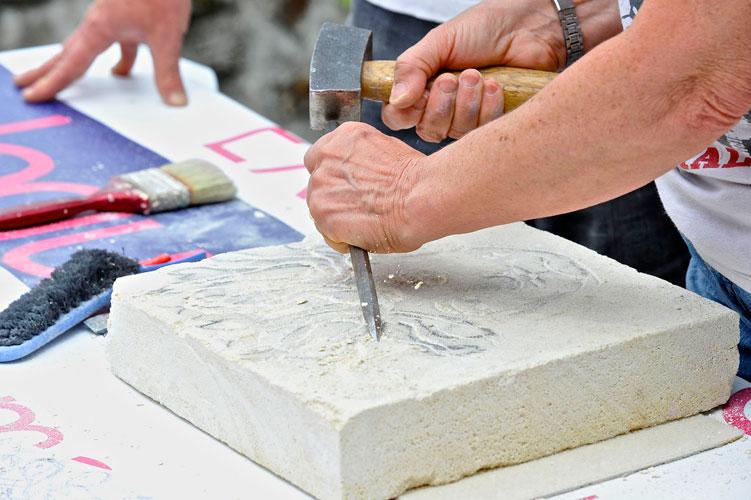 Cours de sculpture sur pierre avec Pierre Carcauzon © Jean-Yves Le Dorlot