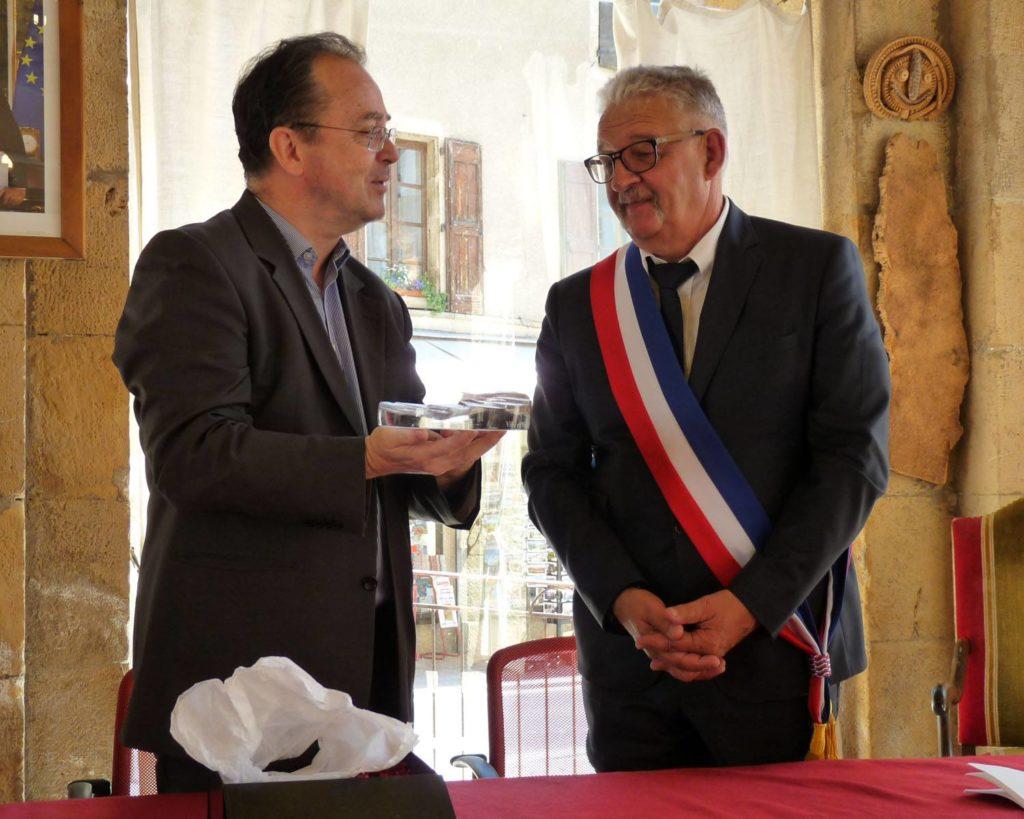 """Christophe Poissonnier remet le label """" Ville et Métiers d'Art """" à Christian Huguet, Maire de Florac Trois Rivières"""