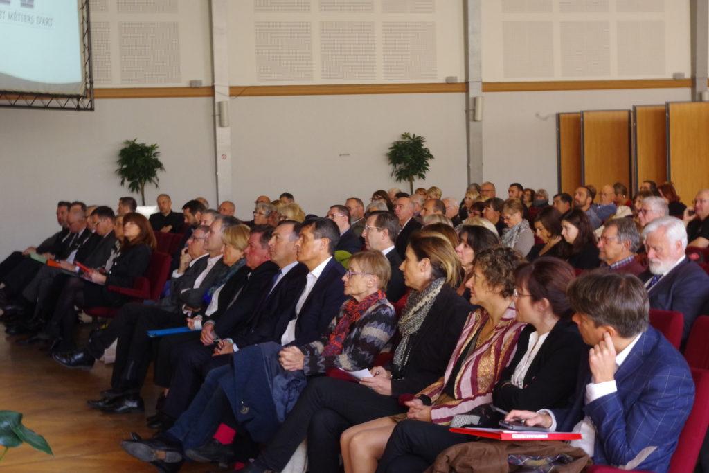 L'auditoire composé de maires, d'élus, de managers de centre-ville, de professionnels des métiers d'art, de représentants de chambres consulaires…