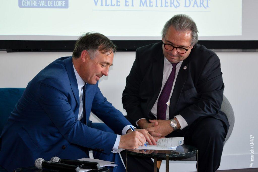 Philippe Huppé et Gérard Bobier signent la Convention CRMA-VMA