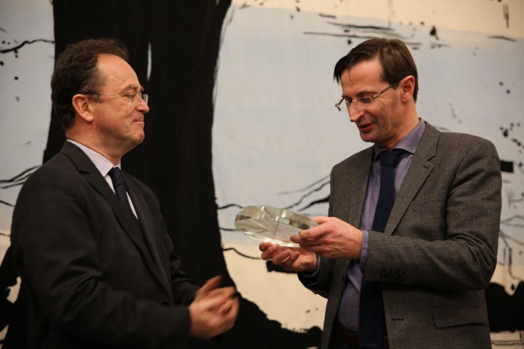 """De g. à dr. : Christophe Poissonnier remet le label """" Ville et Métiers d'Art """" à Jean-Claude Léger, Président de la CC. Creuse Grand Sud"""