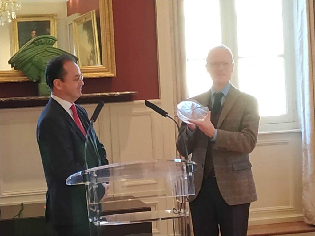 """De g. à dr. : Christophe Poissonnier remet le label """" Ville et Métiers d'Art """" à Didier Lechien, Maire de la Commune nouvelle Dinan-Léhon"""
