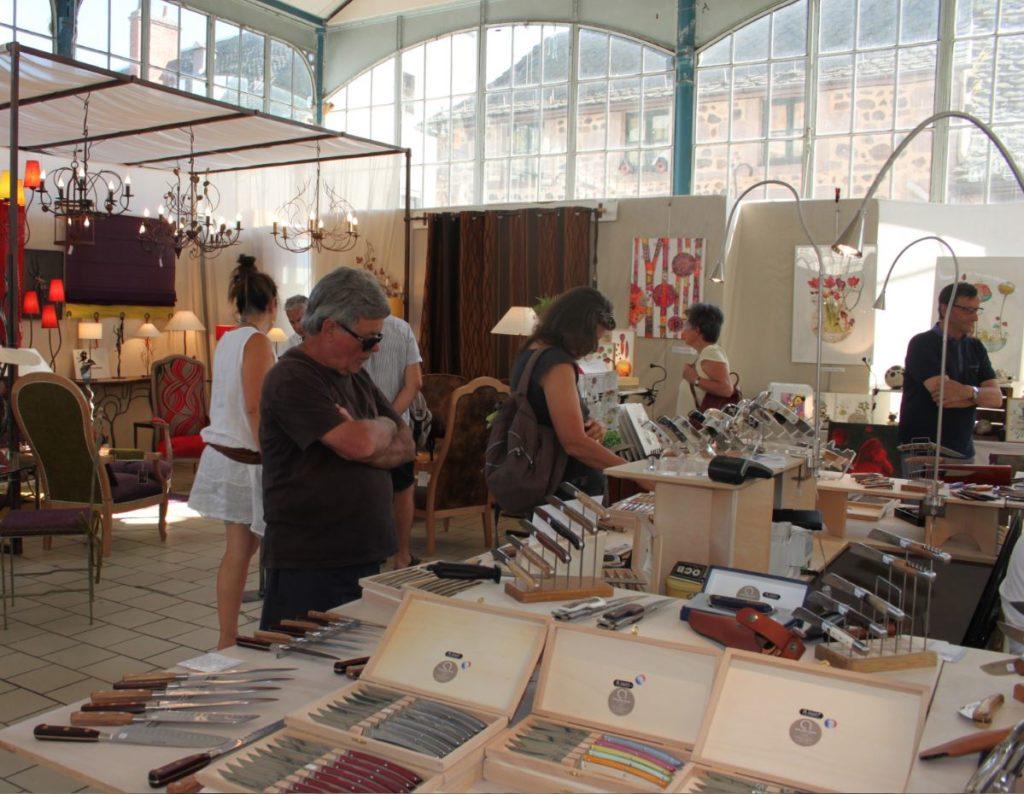 Festival des métiers d'art · Exposition sous le pavillon des halles © Mairie de Murat