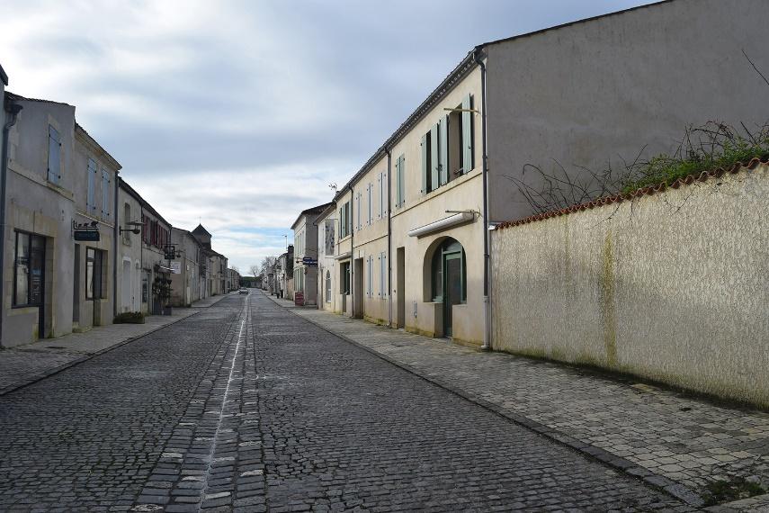 Local au 8 rue du Quebec 17320 Marennes - Hiers - Brouage (au premier plan à droite)