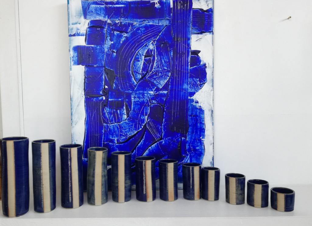 Ensemble de vases tournés réalisés par Pierre Dutertre en collaboration avec Cécilia Boccard & Lisa Rossi en écho avec la peinture en second plan de Denis Robinot